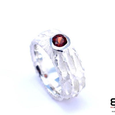 Moon Ring – Chiseled surface with Garnet