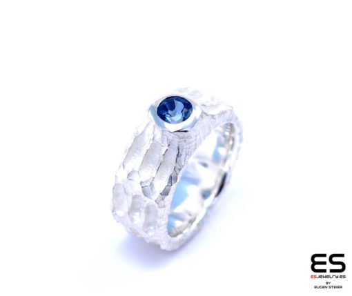 Moon Ring – Chiseled surface with London Blue Topaz