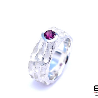 Moon Ring – Chiseled surface with Rhodolite