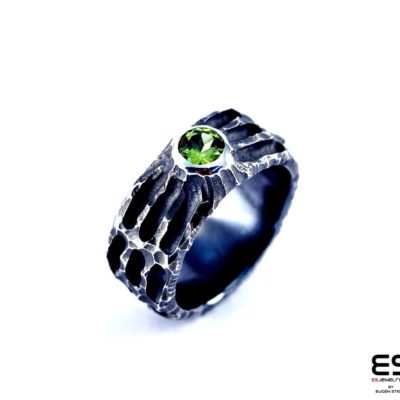 Moon Ring – Chiseled surface with Peridot