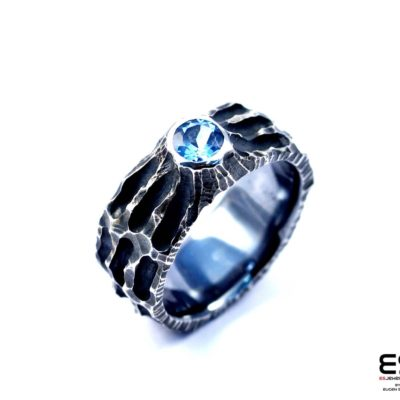 Moon Ring – Chiseled surface with Sky Blue Topaz